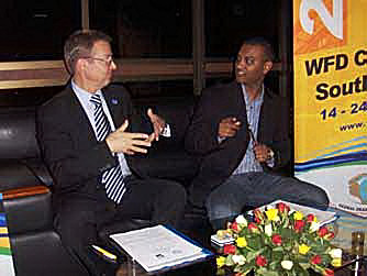 Markku Jokinen ja Niten Gordhan (maailmakongressi korralduskomitee asepresident) arutavad maailmakongressi lepingut, mis allkirjastati Ugandas